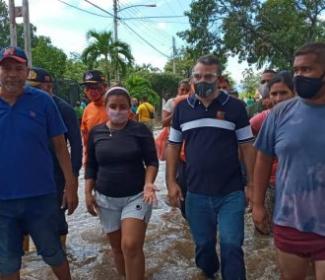Alcalde Pedro Bastidas visitó las comunidades afectadas en Girardot