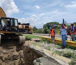 Alcaldía e Hidrocentro rehabilitan tubería a la altura de la Av. Constitución